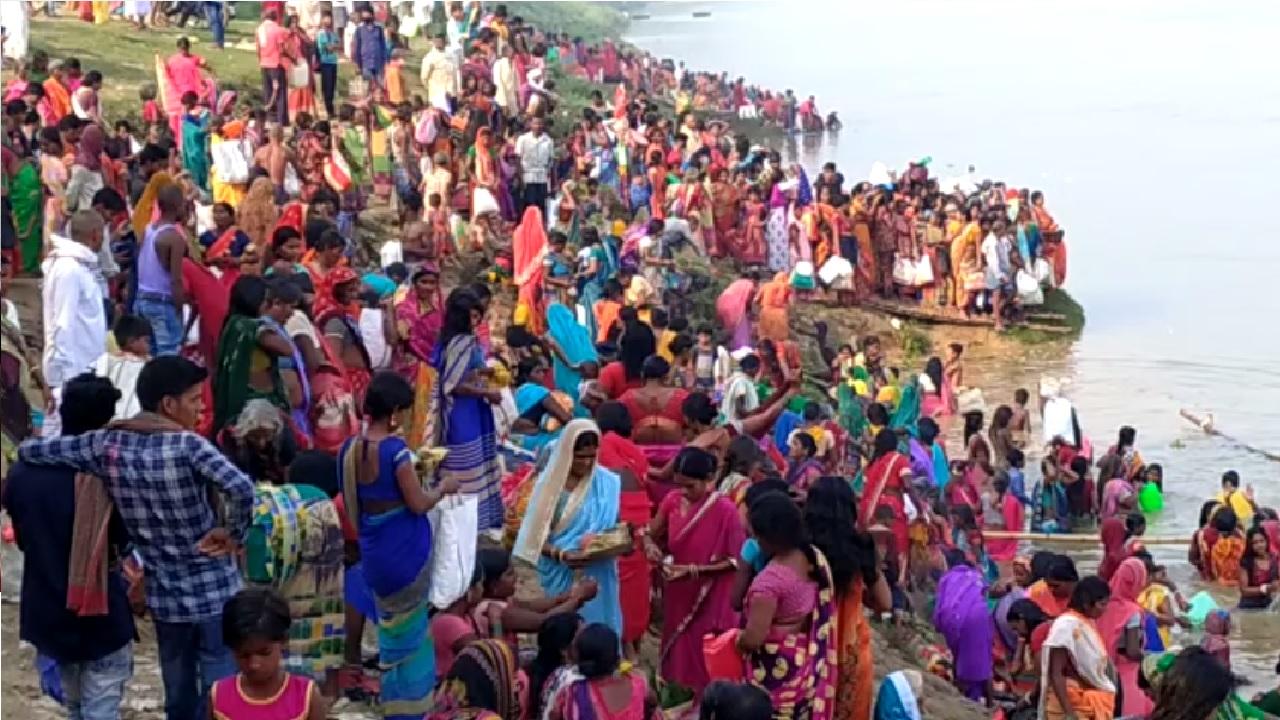 पटना : गंगा दशहरा पर उमड़ी श्रद्धालुओं की भीड़, सोशल डिस्टेंसिंग की उड़ी  धज्जियां Crowd of devotees thronged Ganga Dussehra in Patna, The social  distancing has been destroyed - News Nation