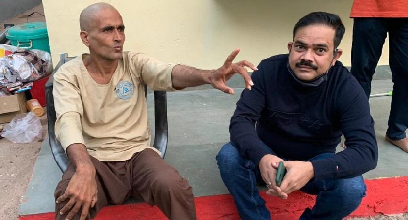 DSP का बैचमेट अधिकारी सड़क पर मांग रहा था भीख, पूरी कहानी जान रो पड़ेंगे आप  mp police top officers find their batch mate begging on road in madhya  pradesh - News