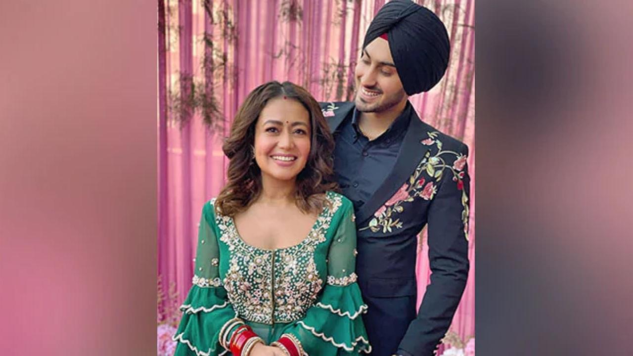 नेहा कक्कड़ ने अपनी पहली लोहड़ी की फोटो शेयर की   neha kakkar celebrating first lohri after marriage with rohanpreet singh photos - News Nation