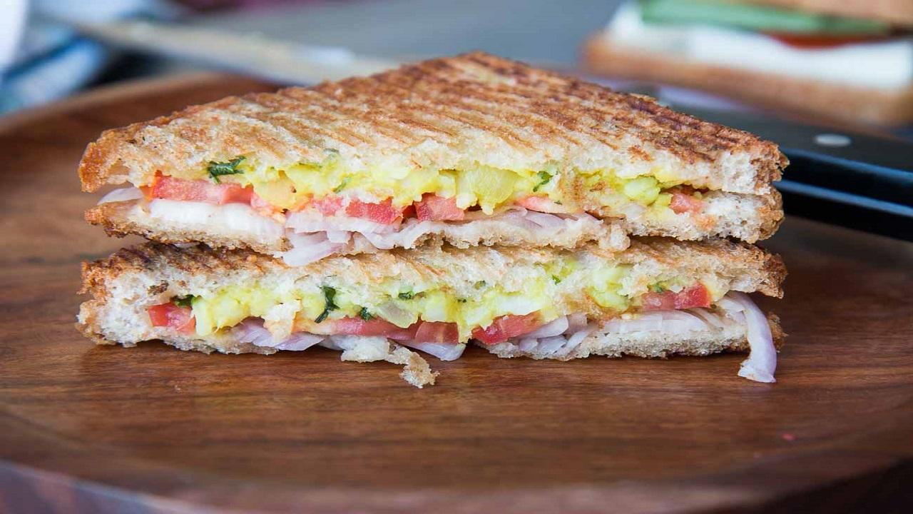 खाना चाहते हैं कुछ टेस्टी, जरा ट्राई करें ये आलू चीज सैंडविच की रेसिपी